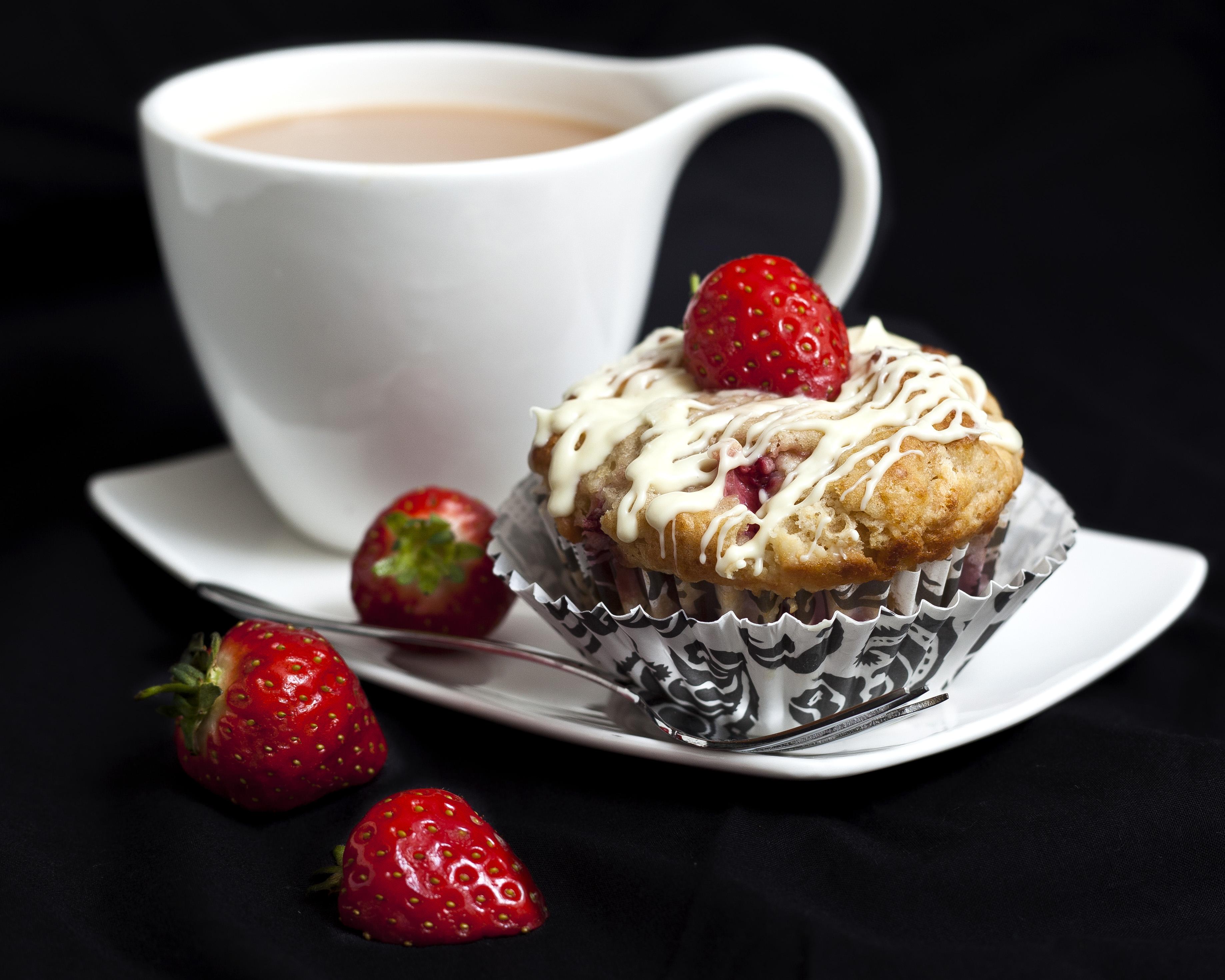 Пироженое с клюбникой и с чаем  № 2153877 без смс